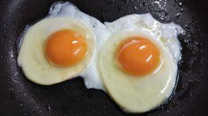 フライパンで卵を焼く写真
