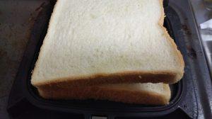 ホットサンドメーカーで食パンをサンドする写真