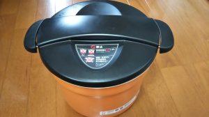 シャトルシェフの保温容器にお鍋入れて保温料理する写真
