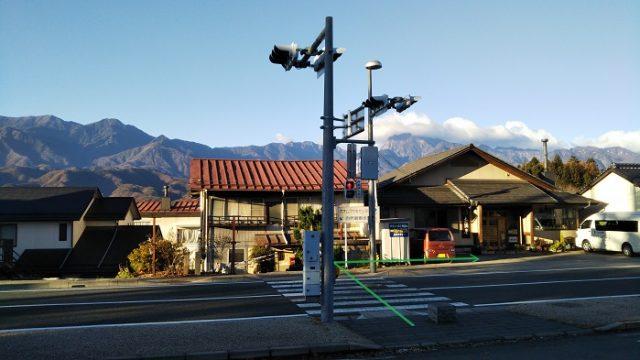 JR中央線:日野春駅前の横断歩道を渡って右折する画像