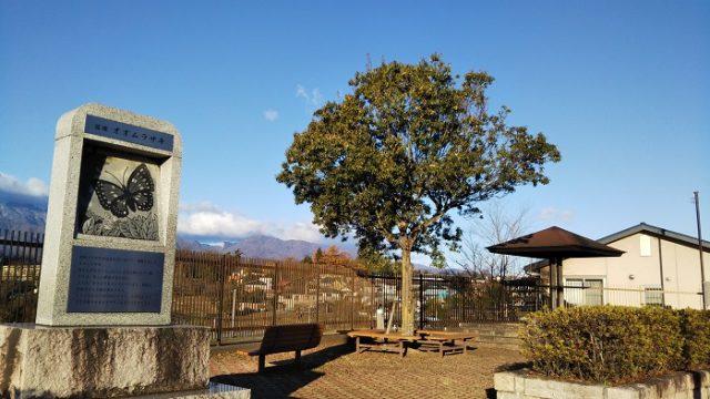 駅前の休憩所とオオムラサキの説明を撮影した画像