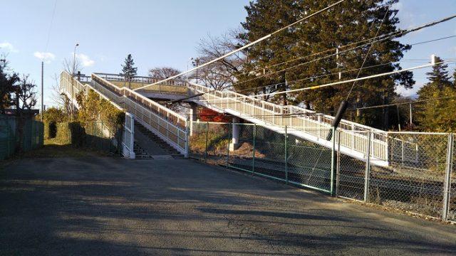 JR中央線を横断する歩道橋を撮影した画像