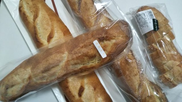 富士川町のパン屋さんのフランスパン4本の写真