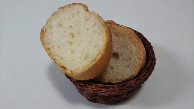 セレンゲティさんのフランスパンをカットした写真