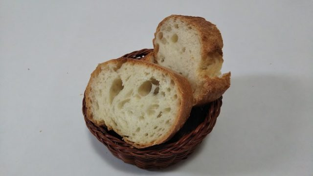 ベーカリー・デッセムさんのフランスパンをカットした写真