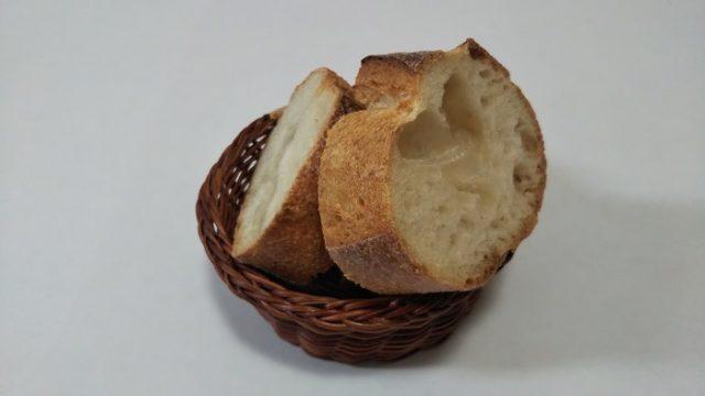 アデムク亭さんのフランスパンをカットした写真