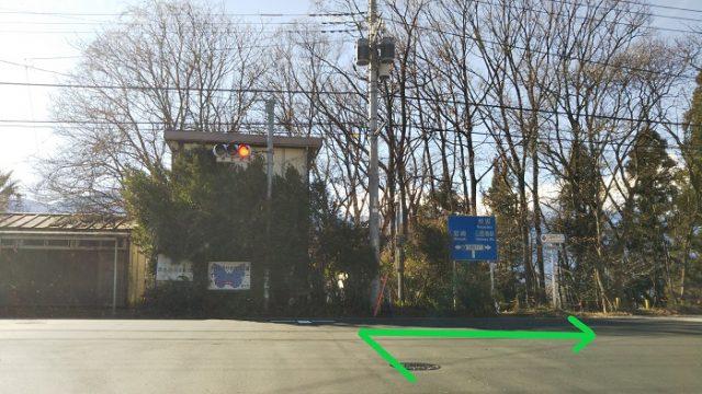 信号機つきのT字路を右折する写真