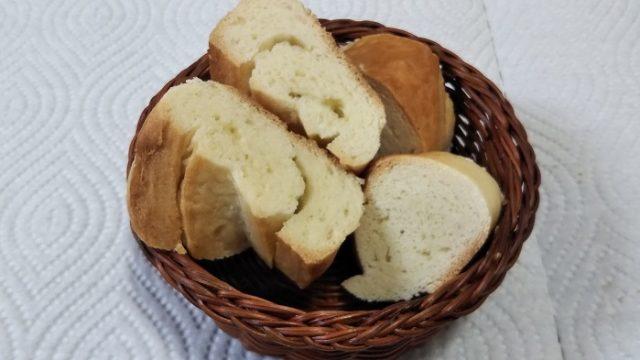 精良軒さんのフランスパンをカットした写真