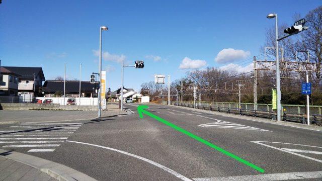 「富岡三差路」の交差点を直進する写真