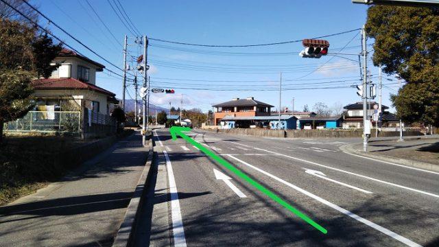 「オオムラサキセンター前」の交差点を直進する写真
