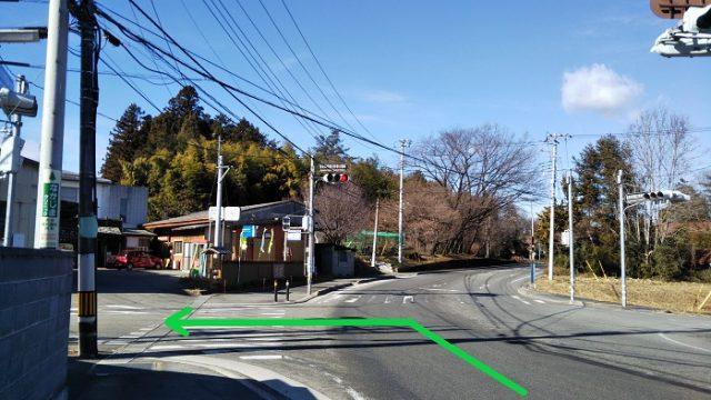 「長坂保育園日野春分園前」の交差点を左折する写真