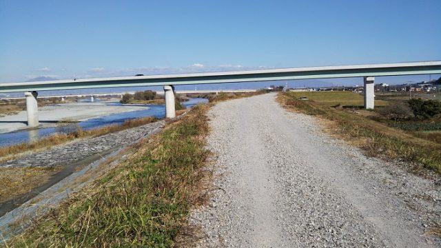 途中から砂利道になる道を撮影した画像