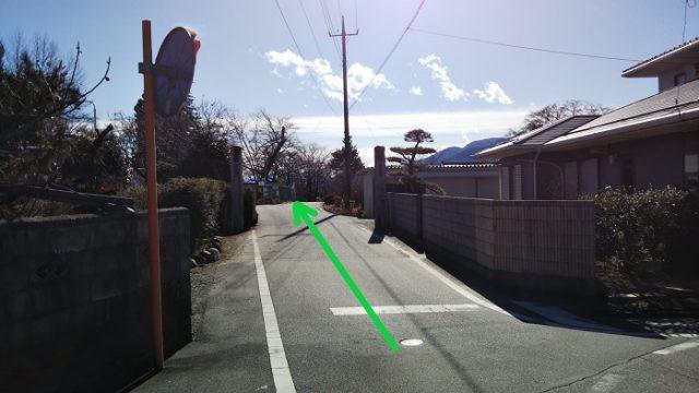 旧日野春小学校の門をくぐる写真
