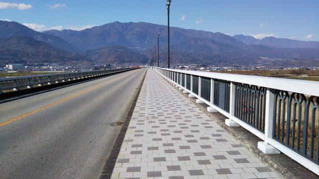 富士川大橋の歩道を撮影した画像