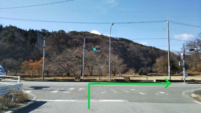 「花水坂入口」の交差点を右折する写真
