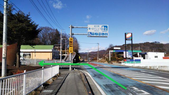 左折して道の駅はくしゅうに入る写真