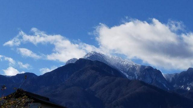 間近に迫る甲斐駒ヶ岳の写真