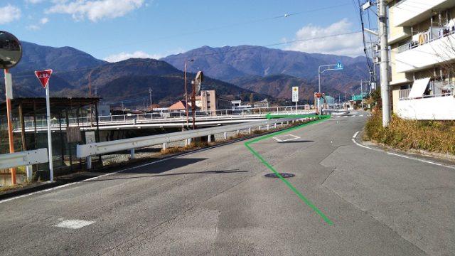市街地を進んで十字路を左折して橋を渡る画像