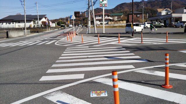 セブンイレブン富士川鰍沢口店前の交差点を撮影した画像