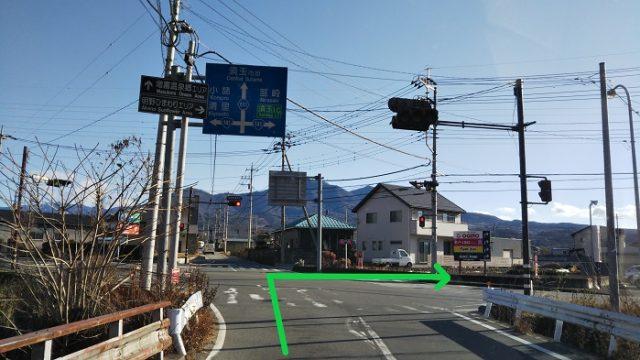 「薬師堂橋東詰」の交差点を右折する写真