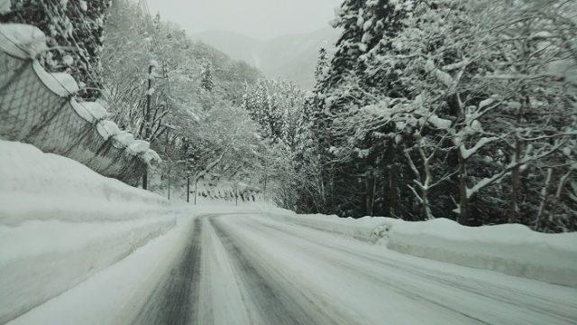 白馬村に入った峠道を撮影した写真