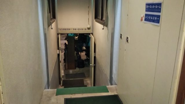 ロッカールム入り口を撮影した写真
