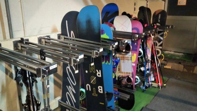 スキー板やボードを収納した写真