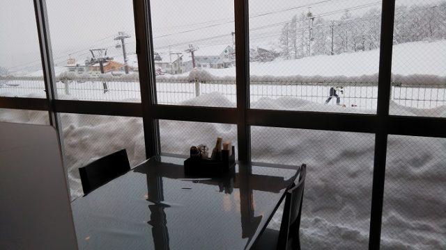 ダイニングルームから見えるゲレンデを撮影した写真