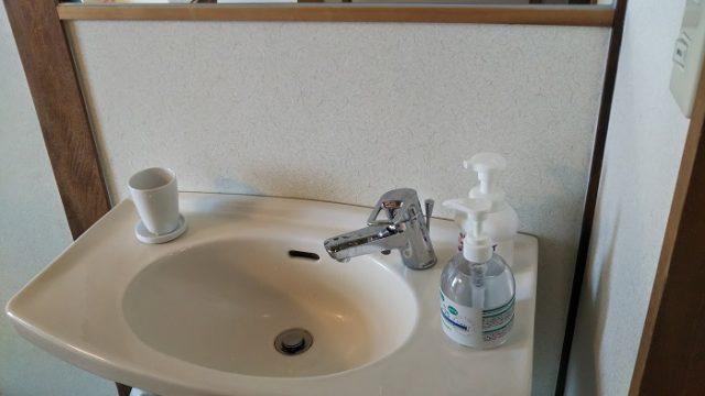 洗面台にアルコール消毒が用意されている写真