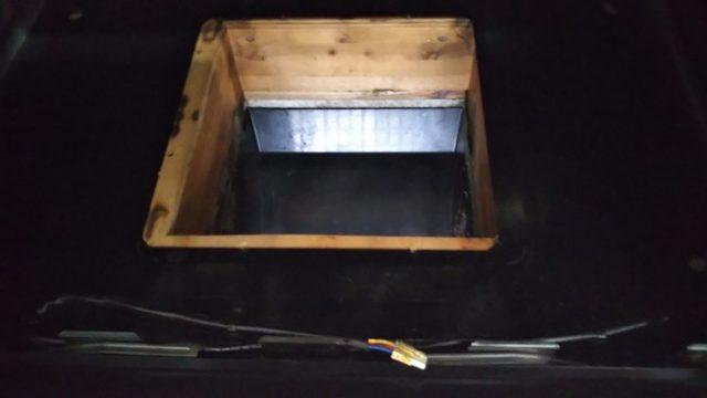 換気扇の本体を取り外した後の枠を撮影した写真