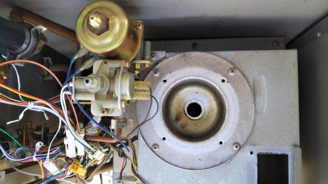 給湯器内部のバーナー部分を取り外した写真