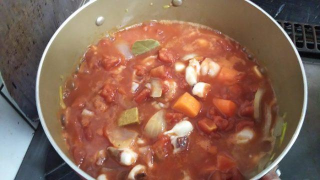 カットトマト缶、固形コンソメ、ローリエをお鍋に入れた写真