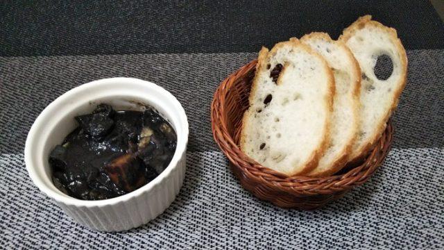 甲イカのスミ煮とバケットを撮影した写真