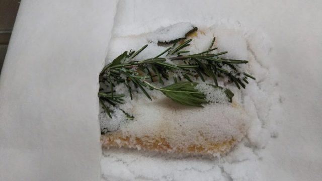 塩漬けにしたボラの卵をリードで包む写真