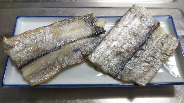美味しそうに焼けた太刀魚の酒干しを撮影した写真