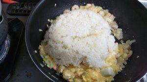 フライパンにご飯を入れて炒める写真