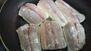 フライパンで魚をソテーにしている写真