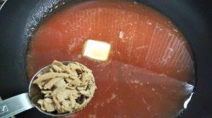 フライパンに海鮮トマトソースの材料を入れた写真