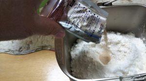 粉の中央にくぼみを作ってドライイーストを入れる写真