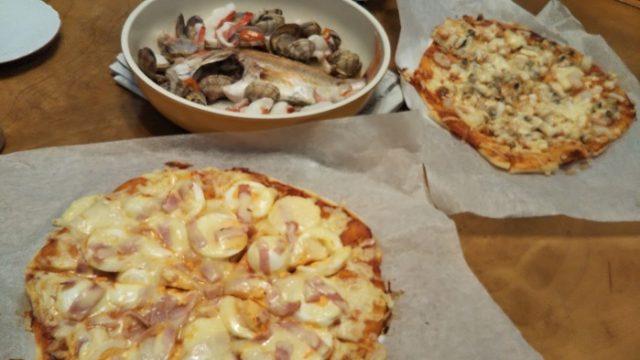 焼きあがった2種類のピザを撮影した写真