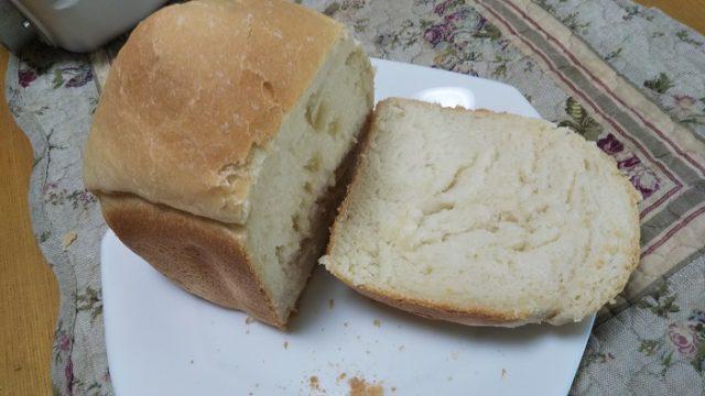 ホームベーカリーで焼いた食パンを切った写真