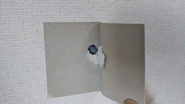 破損した石膏ボードの破片のはがれる写真