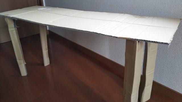 テスト用に段ボールで作ったテーブルを撮影した写真