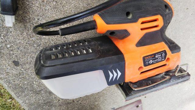 木材を研磨する電動サンダーを撮影した写真