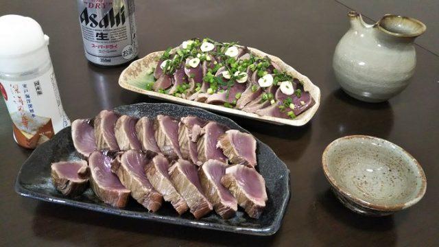 完成した2種類のたたきと日本酒を撮影した写真
