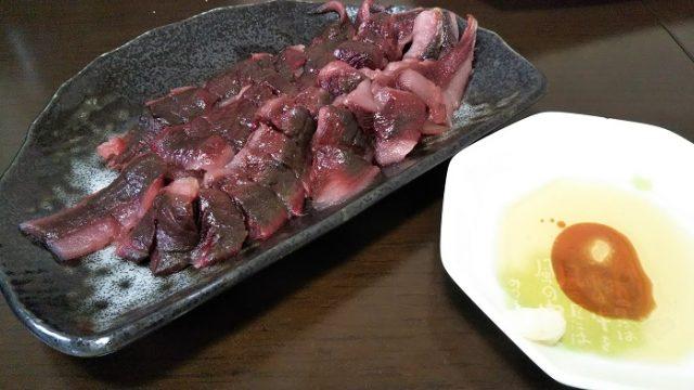 キハダマグロの血合いと、塩、ゴマ油のタレを撮影した写真