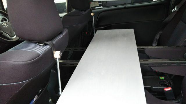完成した車内テーブルを撮影した写真